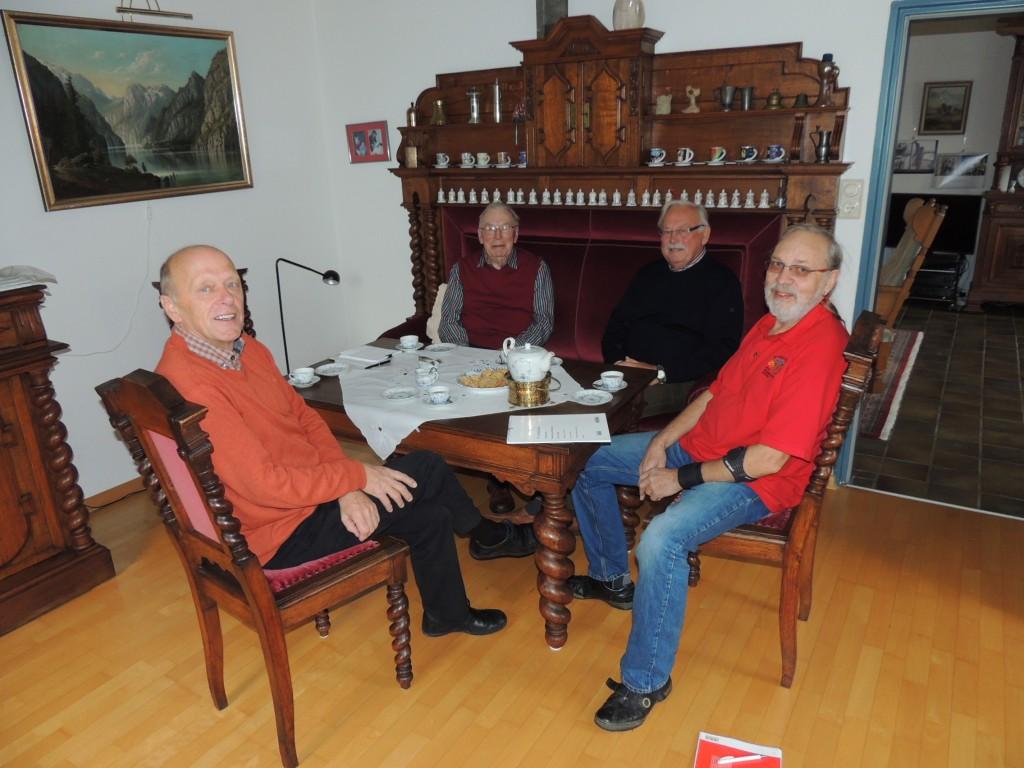 Von links: Hero Georg Boomgaarden, Roelf u. Theo Cirksena. Theo Janssen finden, dass die Dorfgeschichten über das frühere Leben in Groothusen aufgeschrieben werden sollten.